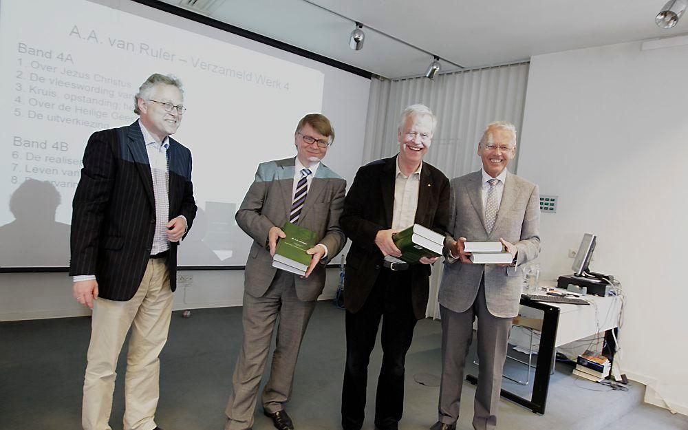Een mijlpaal voor het verzameld werk van A. A. van Ruler. Twee banden van het vierde deel werden gisteren overhandigd aan dr. J. Hoek, dr. H. C. van der Sar en dr. E. P. Meijering. Foto RD, Anton Dommerholt