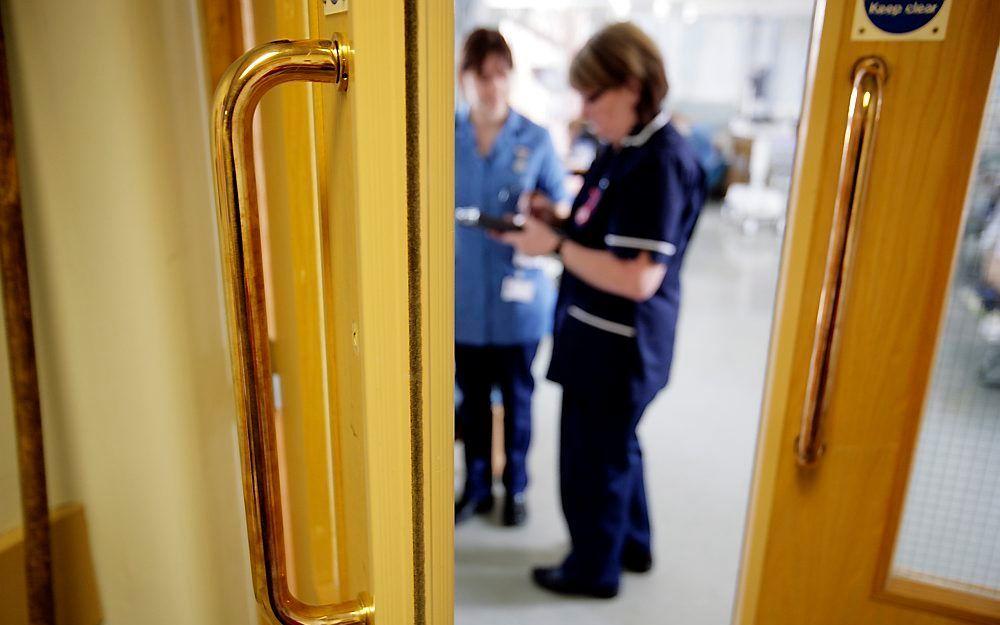 Steeds meer ziekenhuizen vervangen deurkrukken, kranen en bedrails van roestvrijstaal door exemplaren van antimicrobieel koper. Dat kan het aantal infecties die patiënten op een afdeling oplopen, verminderen met niet minder dan 40 procent, zo blijkt uit A
