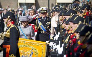Koningin Beatrix, prins Willem-Alexander en prinses Máxima groeten het vaandel op Prinsjesdag. Foto ANP