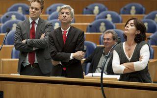 De kamerleden Ewout Irrgang (SP), Ronald Plasterk (PVDA) en Jolande Sap (GroenLinks) (VLNR) dinsdag in debat met demissionair minister Jan Kees de Jager van Financien tijdens de financiele beschouwingen over de Miljoenennota. Foto ANP