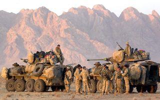Amerikaanse mariniers tijdens hun opmars richting Kandahar, eerste helft van 2002. Foto EPA
