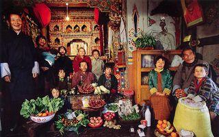 De familie Namgay uit Bhutan voor het huisaltaar.  Foto Peter Mentzel