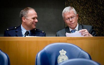 Onno Eichelsheim (l.), directeur MIVD, en Rob Bertholee (r.), directeur AIVD, tijdens het Tweede Kamer debat over de Wet Inlichtingen- en Veiligheidsdienst, de zogenaamde aftapwet. De wet zorgt voor ruimere bevoegdheden voor de inlichtingendiensten. beeld