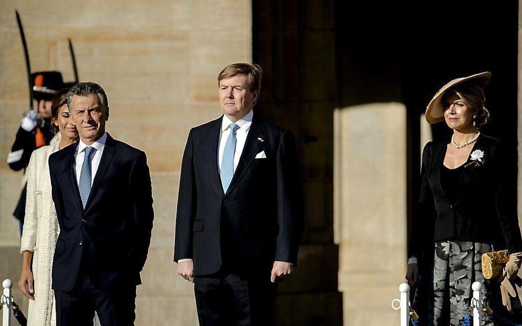 Koning Willem-Alexander en koningin Maxima verwelkomen de Argentijnse president Mauricio Macri en zijn vrouw Juliana Awada op de Dam aan het begin van hun tweedaagse staatsbezoek aan Nederland.  beeld ANP