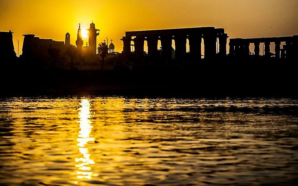 In de Egyptische stad Luxor staan een eeuwenoud tempelcomplex (r.) en de Abu Haggagmoskee en de Koptische kerk Aartsengel Michaelkerk vlakbij elkaar. beeld  AFP, Khaled Desouki