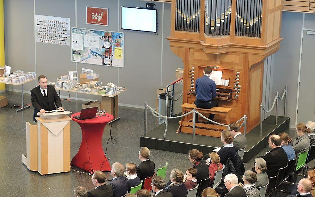 Opening van de bijeenkomst door ds. B. J. van Boven. beeld RD