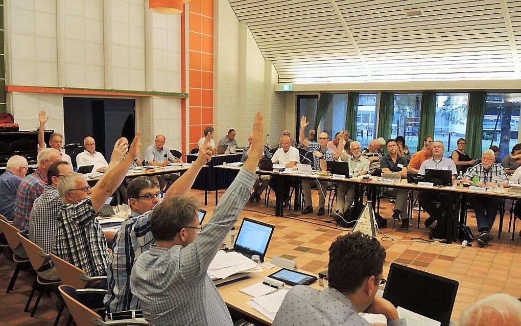 Met het opsteken van de hand stemmen negen synodeleden (niet allen in beeld) tegen de toelating van vrouwen tot het ambt van ouderling. beeld RD