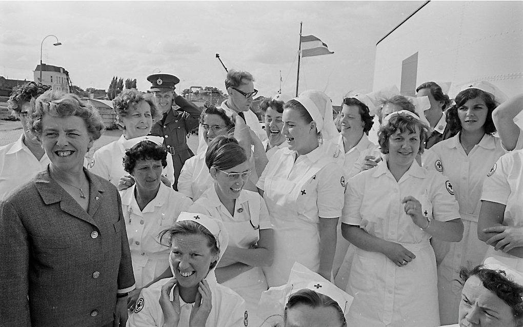 """Een vrolijk groepje verpleegsters op het dek van het hospitaalschip """" J. Henri Dunant """" beeld ANP, Ben Hansen"""