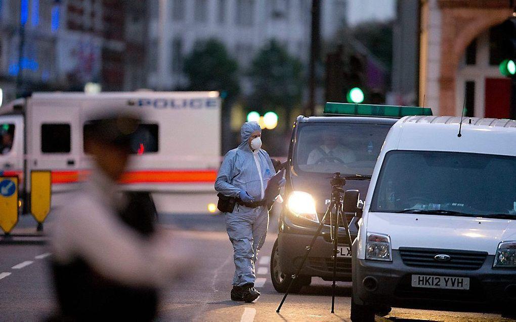 Onderzoek op de plaats van de steekpartij. beeld AFP
