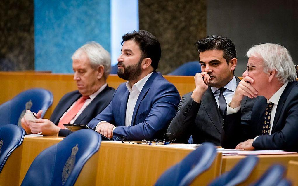 Vier afsplitsers op een rij in de Tweede Kamer: ex-VVD'er Johan Houwer, Selcuk Ozturk en Tunahan Kuzu (Groep Kuzu/Ozturk) en Norbert Klein (Fractie Klein). beeld ANP, Bart Maat