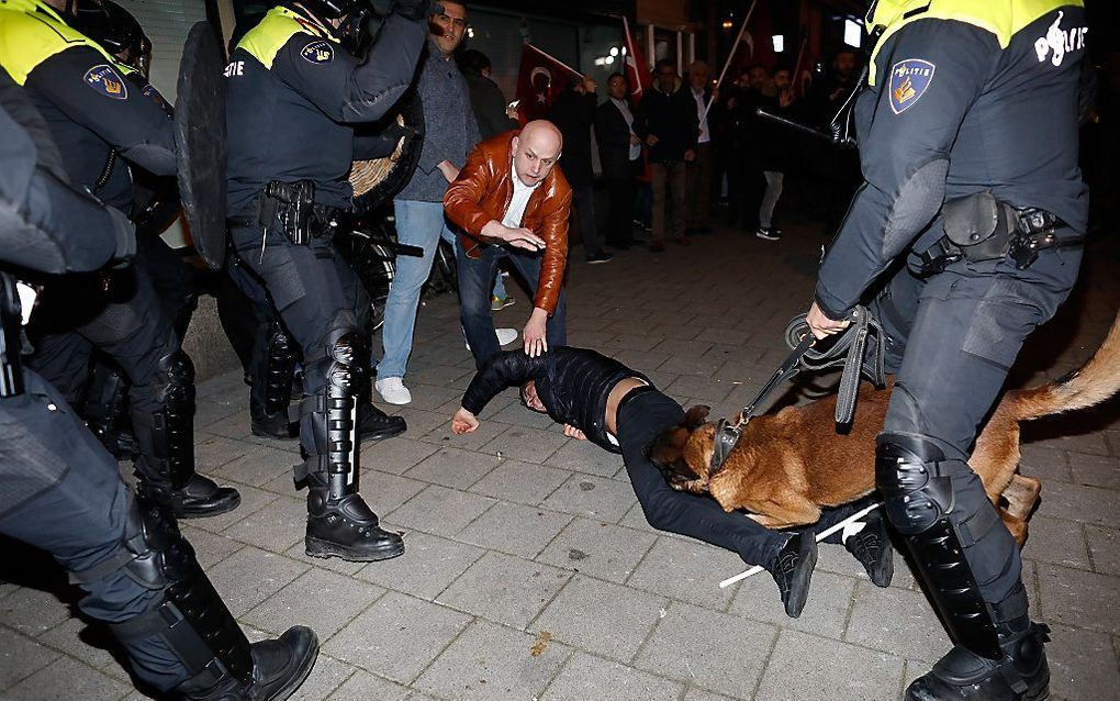 Rellen in de nacht van zaterdag op zondag bij het Turks consulaat in Rotterdam. beeld ANP