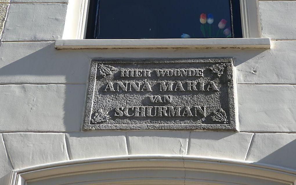 Plaquette boven de deur van het huis in Utrecht (Achter de Dom 6) waar Anna Maria van Schurman woonde. beeld RD