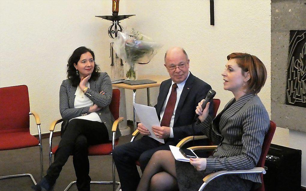 Dewi van de Weerd, ambassadeur van Nederland in Albanië, Victor Scheffers, voorzitter van Stichting Communicantes, Adia Sakiqi, ambassadeur van Albanië in Nederland (v.l.n.r.) zaterdag tijdens een debat in Tilburg.  beeld RD