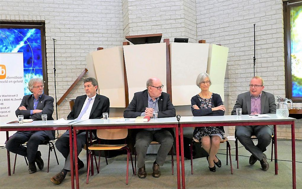 Ds. Henk Drost, prof. dr. Arjan de Visser, ds. Rufus Pos, Ida Slump-Schoonhoven, dr. Dolf te Velde (v.l.n.r.). beeld RD