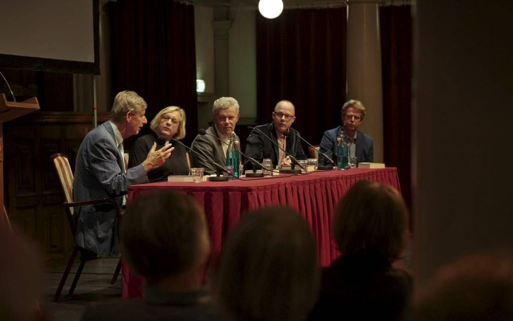 """In de Rode Hoed in Amsterdam presenteerde Fik Meijer gisteren zijn boek """"Jezus en de vijfde evangelist"""". V.l.n.r. Meijer, ds. Grutteke, dr. Visser, Mikkers en Scholten.beeld Eran Oppenheimer"""