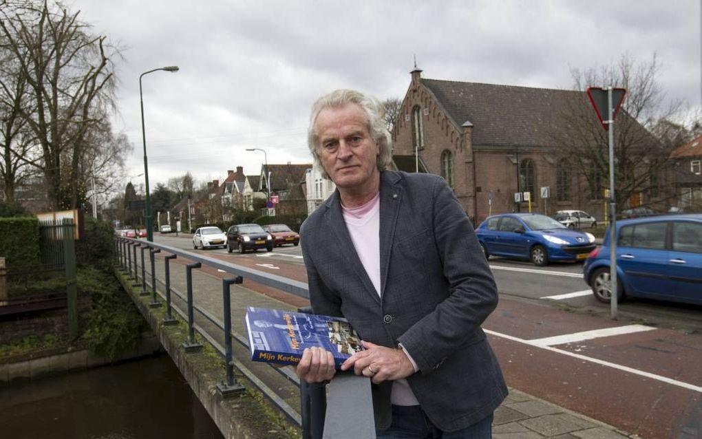 Jaap Pilon op de Vaartbrug aan de Kerkewijk in Veenendaal. Op de achtergrond de Brugkerk.beeld RD, Anton Dommerholt