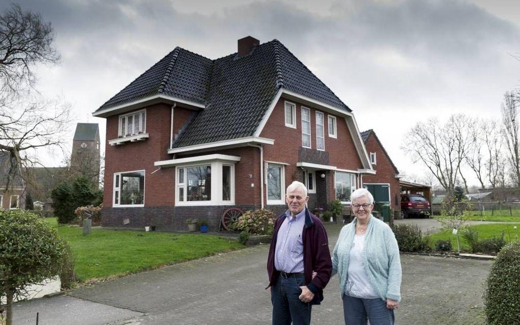 STEDUM. Het echtpaar Hommo en Sieta Smit voor hun woning in Stedum, hartje aardbevingsgebied in Groningen. beeld Sjaak Verboom