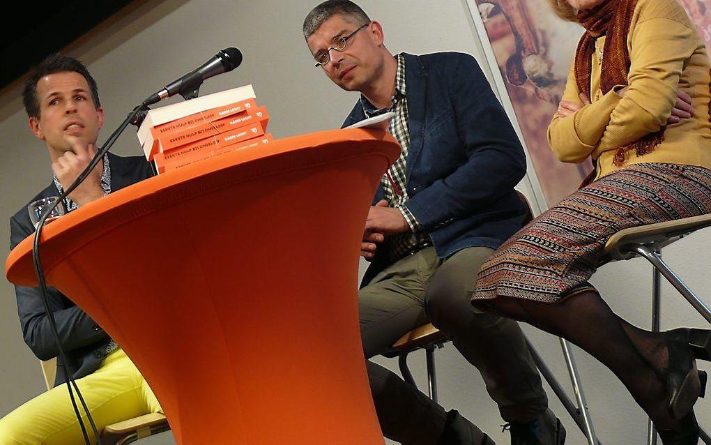 """Gábor Locht (m.) bij de presentatie van zijn boek """"Eerste Hulp Bij Ongeloof"""". Jeroen de Ridder (l.) en Annechiena van Veen-Vrolijk gaven een reactie op het boek.  beeld RD"""