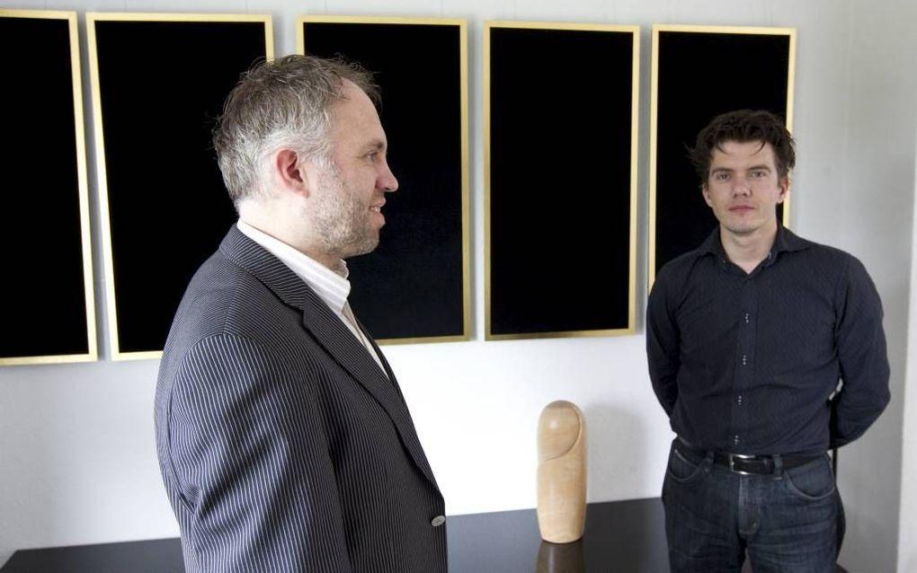 """Kees Wisse (l.) en Martijn Duifhuizen voor een deel van het kunstwerk """"Laatste avondmaal"""". Foto RD, Anton Dommerholt"""