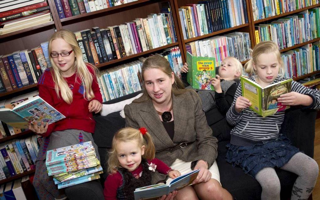 Kinderboekenauteur Gisette van Dalen met haar vier dochters Jacoline, Joëlle, Elise en Annerieke. Foto RD, Anton Dommerholt