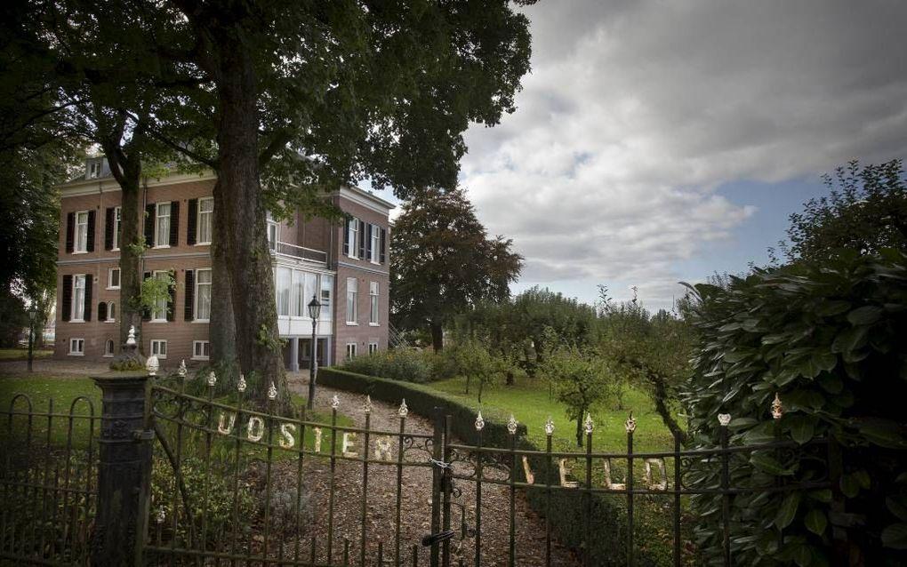 """In het voormalige klooster Huize Oosterveld te Elden, onder Arnhem, is een luxe bejaardenvoorziening gerealiseerd. Vorige maand vond de opening ervan plaats. Zuster Helma (83) heeft veertig jaar in het klooster gewoond. """"We hadden daar echt een eigen plek"""