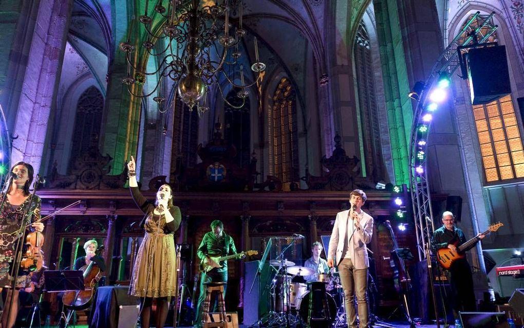 De band Sela tijdens een concert in een monumentale kerk. Foto Arjan Bokhorst