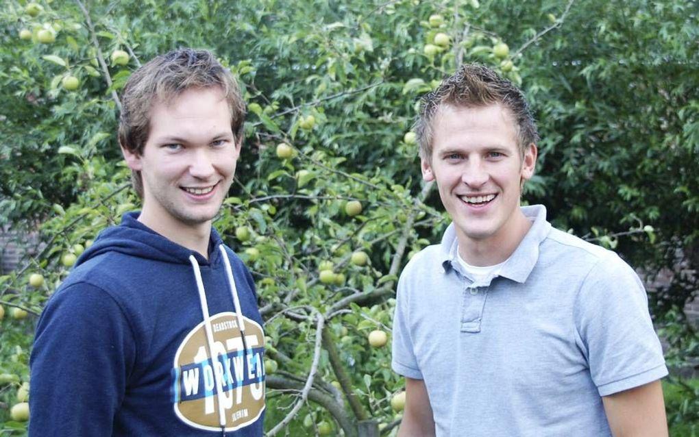 """Maarten Baan (r.) en Marcel Vroegop willen met Geloofstoerusting.nl """"bewijs leveren voor sceptici, een handreiking doen aan zoekers en een hulpmiddel zijn voor gelovigen."""" Beeld RD"""