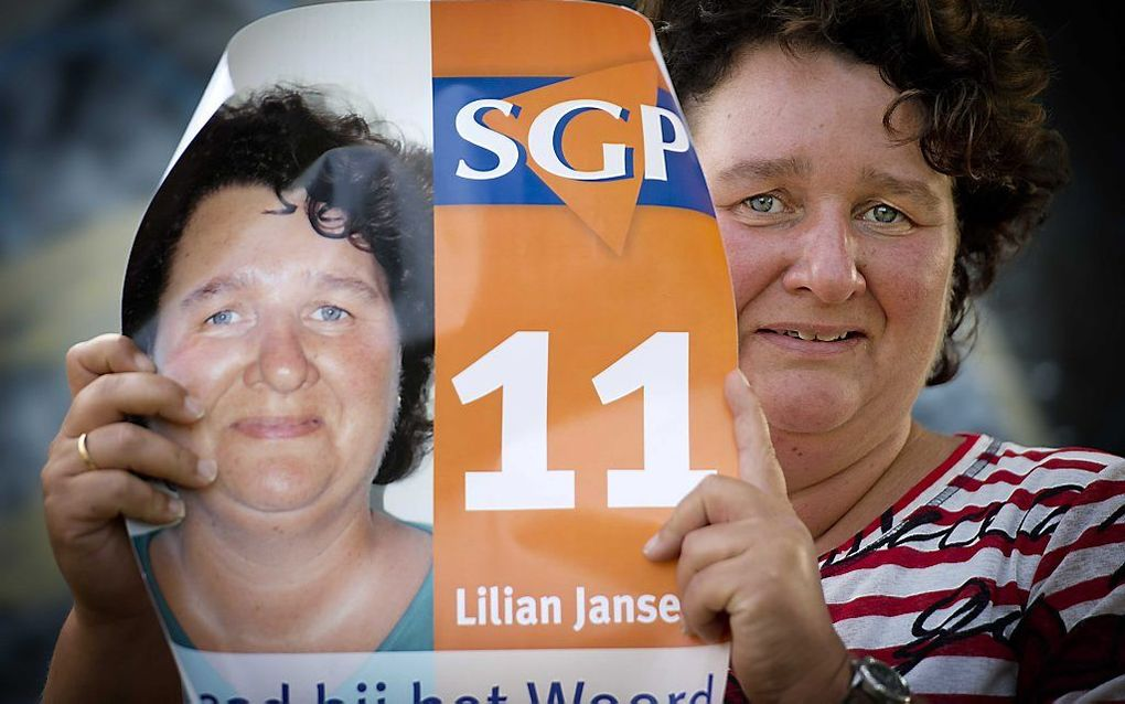 Lilian Janse houdt haar verkiezingsposter vast. Foto ANP