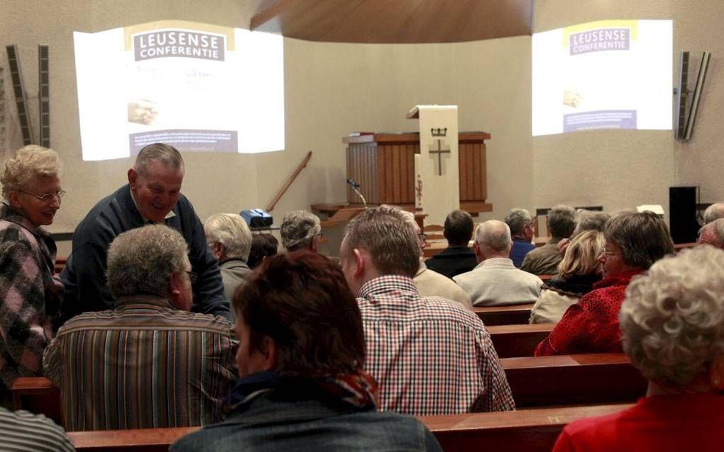 NIEUWLEUSEN. Dr. M. J. Kater sprak vrijdagavond op de eerste Leusense Conferentie in de Maranathakerk te Nieuwleusen. beeld Dick Vos