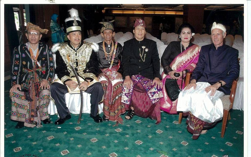 Tijdens vorstenfestivals in Indonesië ontmoeten sultans en andere leiders van vorstenhuizen elkaar. V.l.n.r. een radja van West-Timor, een sultan van Kalimantan, een radja van Timor en een anak van Bali.beeld Donald Tick