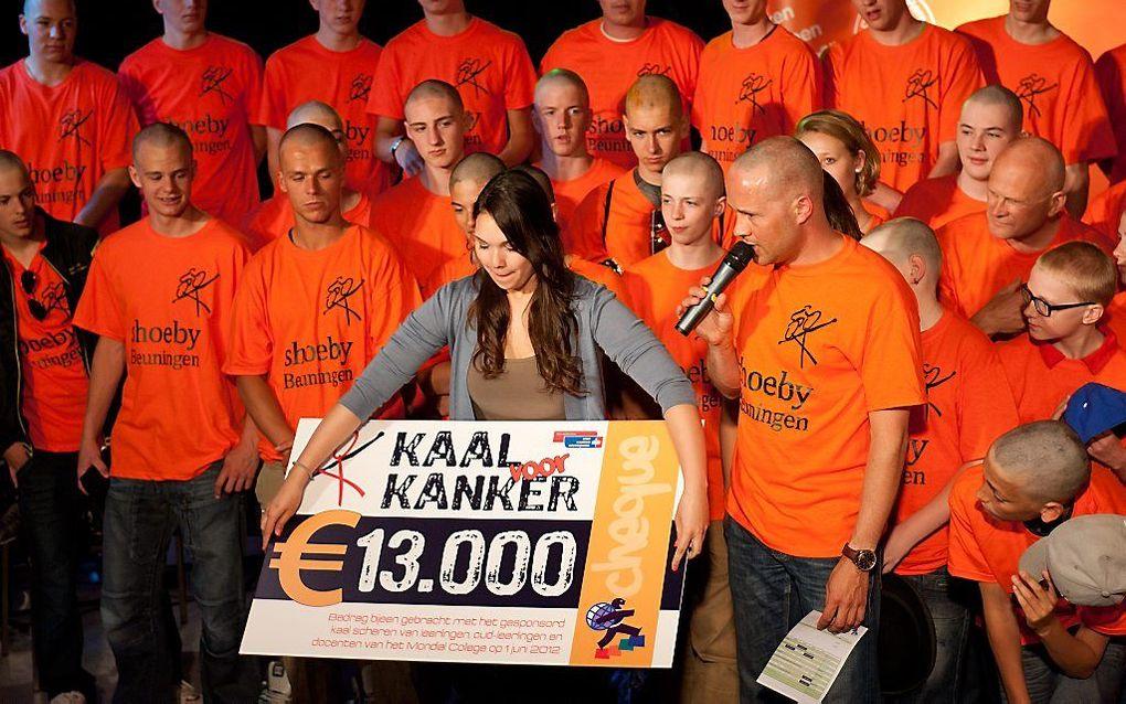 Op het Mondial College in Nijmegen vond vorige week een confronterende actie plaats. Jongeren lieten zich kortwieken of kaalscheren om geld op te halen voor KWF Kankerbestrijding. beeld Photop.nl