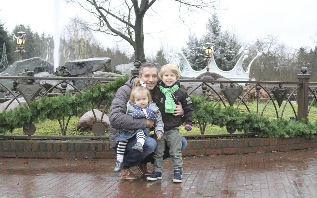Danny van Brenk met zoon Floris (3) en dochter Isabelle (1). Van Brenk beleefde een intensief jaar door een ernstige vorm van kanker.beeld Charlotte van Brenk