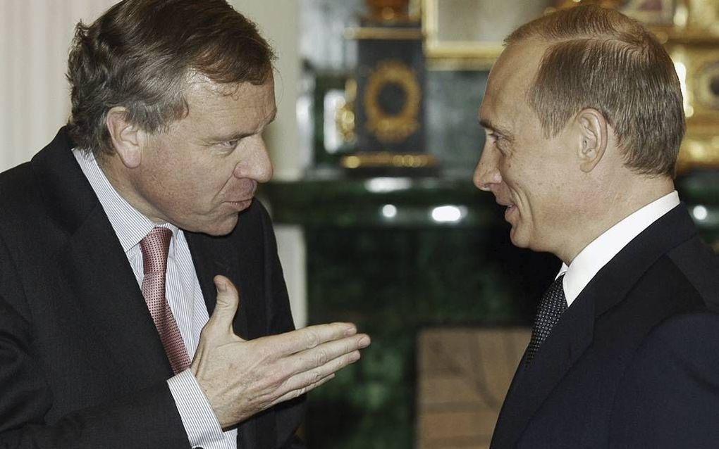 """De bewering van de Russische president Poetin (r.) dat de NAVO met de uitbreiding naar het oosten afspraken schond, kan naar het """"rijk der fabelen"""", zegt oud-NAVO-topman De Hoop Scheffer (l.). Zo'n afspraak is nergens op papier terug te vinden. beeld AFP"""