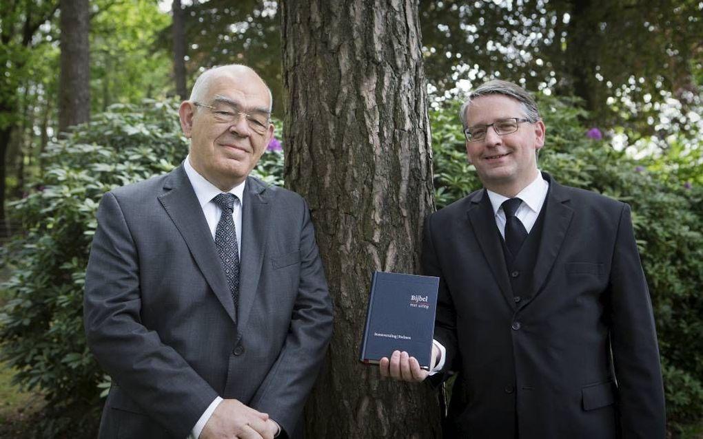 De Bijbel met uitleg is gereed en wordt morgen in Amersfoort gepresenteerd. Foto: G. Roos (projectleider) en ds. J. Joppe (lid van de stuurgroep). beeld RD, Henk Visscher