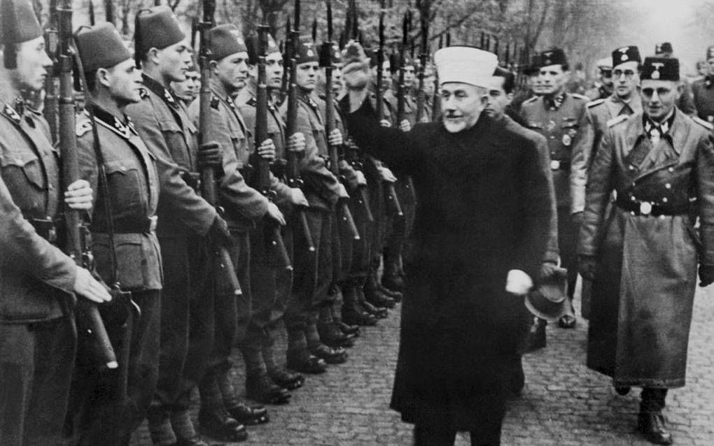 Grootmoefti Haj Amin el-Husseini van Jeruzalem inspecteert in 1944 islamitische vrijwilligers voor de Waffen SS. beeld AFP