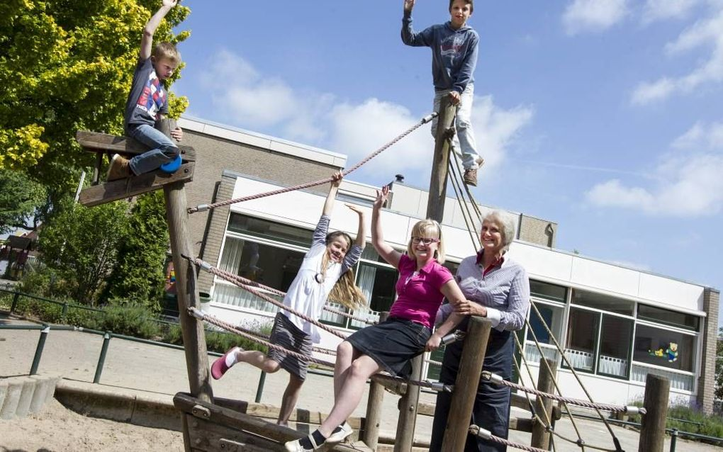 Tineke Ouwendorp-de Visser met enkele leerlingen van ds. D. A. Detmarschool in Ede, v.l.n.r.: Gerco, Yvonne, Lutine en Joachim.beeld Anton Dommerholt