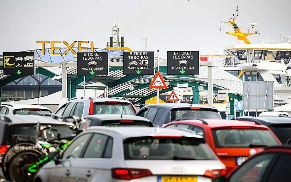 Auto's wachten in Den Helder op de boot naar Texel. beeld ANP, Olaf Kraak