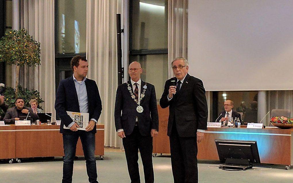 Van links naar rechts: Jack Albers, burgemeester Koelewijn van de gemeente Kampen en M. M. Markusse. beeld RD