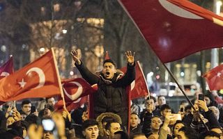 Turken demonstreren bij het Turkse consulaat aan de Westblaak. Minister Fatma Betul Sayan Kaya van Familiezaken werd daar de toegang tot het consulaat geblokkeerd. De Turkse bewindsvrouw wilde daar een toespraak houden over het Turkse referendum. beeld AN