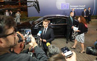 Macron na het sluiten van de deal. beeld AFP