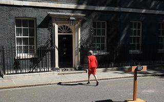 Theresa May vertrekt van Downing Street na haar aftreden als partijleider te hebben aangekondigd. beeld AFP