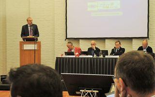 Prof. dr. R. Kuiper (l.), rector van de TUK, tijdens de GKV-synode vrijdag. beeld RD