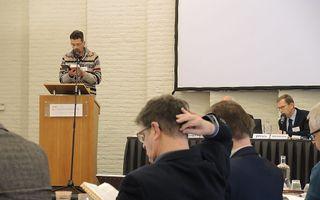Ds. G. E. Messelink (l.) tijdens de GKV-synode in Elspeet. beeld RD