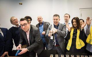 Fractievoorzitter Richard de Mos van de politieke partij Groep de Mos viert samen met zijn partijleden de verkiezingswinst van de gemeenteraadsverkiezingen in de gemeente Den Haag. beeld ANP, Martijn Beekman
