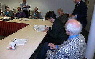 De NGK schuiven aan bij het Interkerkelijk Dovenpastoraat. Op de foto, zittend rechts: Ad de Boer, voorzitter Landelijke Vergadering NGK, ds. Karin van den Broeke, voorzitter generale synode PKN, en Jan Baan, voorzitter Deputaten Pastoraat in de Gezondhei