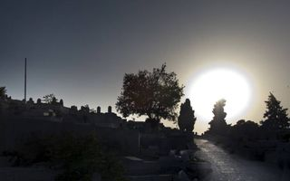 Pilatus gaf Jezus over om gekruisigd te worden (Mattheüs 27:26), op Golgotha. Waar deze executieplaats precies heeft gelegen, is niet meer bekend. Misschien wel op deze glooiende heuvel in Jeruzalem, waar zich nu een islamitische begraafplaats bevindt.be