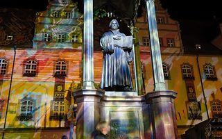 Op de markt in Wittenberg vond gisteravond een lichtshow plaats.  beeld EPD, Friedrich Stark