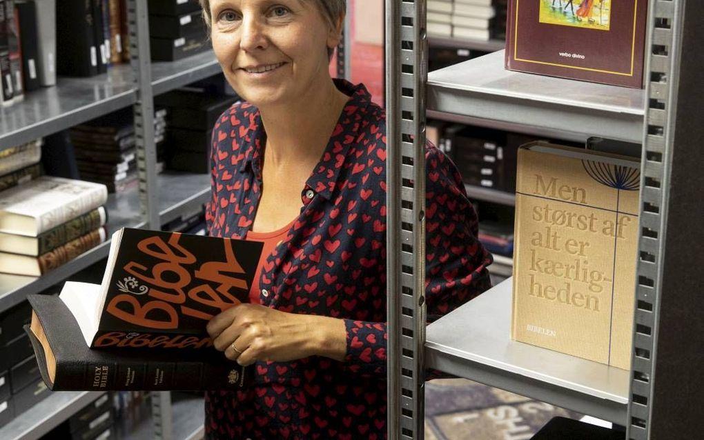 """Eline van Vreeswijk: """"Wat is er mooier dan steeds bezig te zijn met het meest gedrukte boek ter wereld, de Bijbel.""""beeld RD, Anton Dommerholt"""