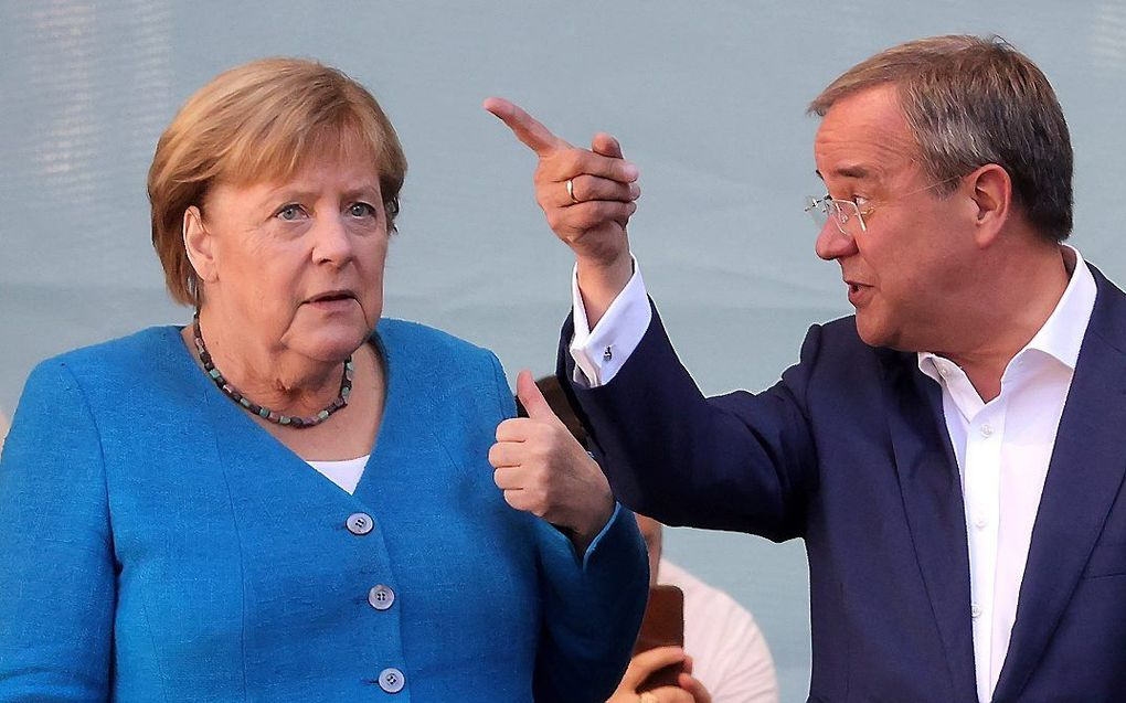 Armin Laschet (r.) en Angela Merkel. beeld EPA, FRIEDEMANN VOGEL