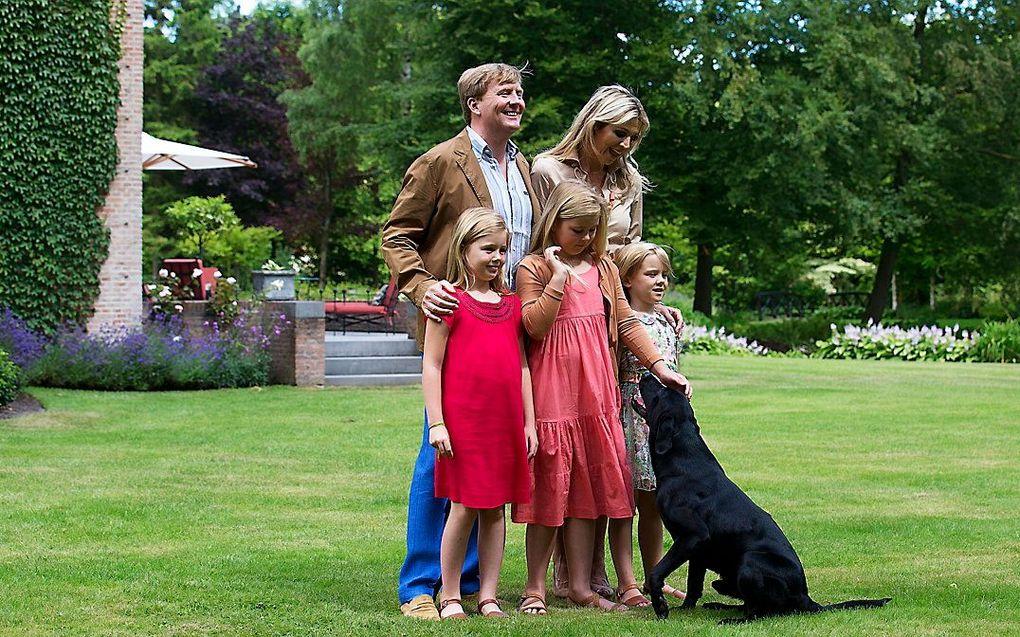 De koninklijke familie in 2013 op de foto met labrador Skipper. beeld ANP, JERRY LAMPEN